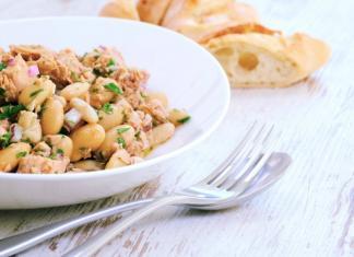 Italiaanse salade met witte bonen en tonijn