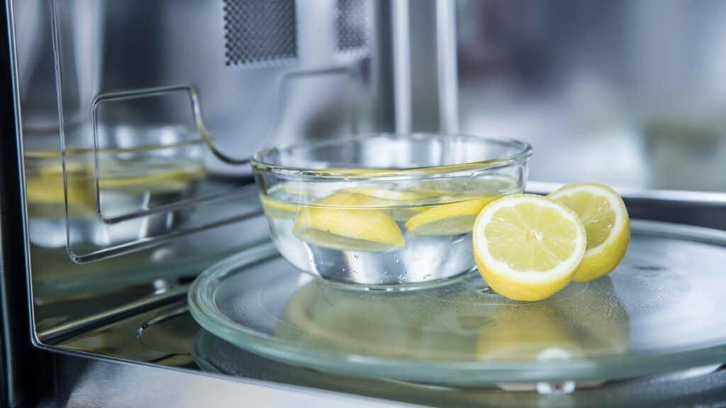 Magnetron schoonmaken met citroen